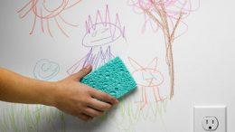 Xóa vết bút chì màu trên tường do trẻ nhỏ vẽ